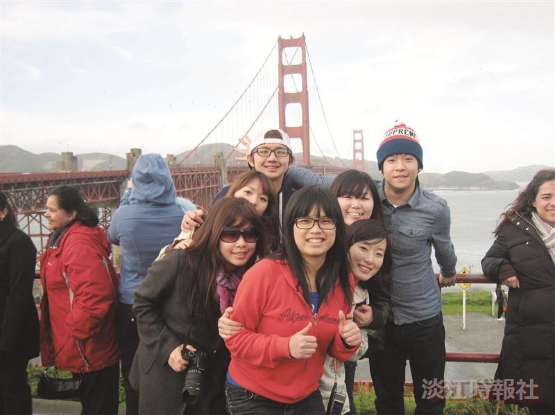 國企四盧品穎,大三留學芬利大學時,與淡江同學、日本同學一起自助旅行,並在美國加州的金門大橋前留影。(圖/盧品穎提供)