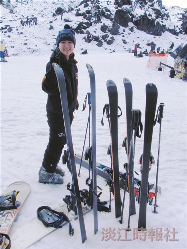 觀光四林怡菁,大三留學懷卡特大學時,冬季體驗滑雪活動。(圖/林怡菁提供)