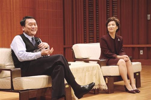 中央研究院院士、現任國科會主委朱敬一(左一)在淡水校園文錙音樂廳內演講,吸引將近300人師生到場聽講。(攝影/梁琮閔)