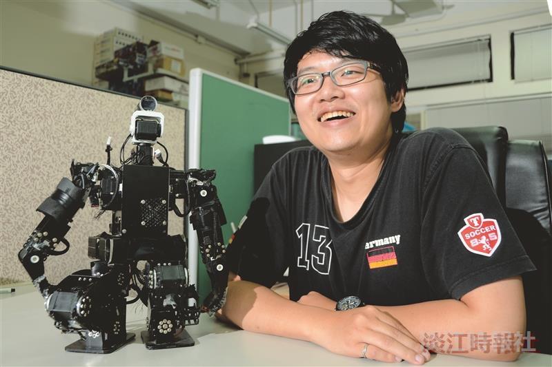 胡越陽與機器人小黑,譜出「人機奇緣」的特殊緣份。(攝影/羅廣群)