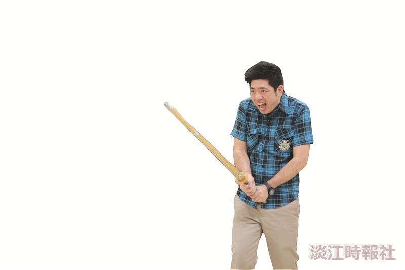 校園出憲大明星-《POWER SUNDAY》來到淡江,藝人吳宗憲(左一)、賴雅研(左三)、及路斯明(右)正與吉他社合唱;NONO(左下)在劍道社搞笑揮刀;王傳一(右下)挑戰競技啦啦隊高難度技巧。(攝影/林奕宏、陳頤華、圖片/競技啦啦隊提供)