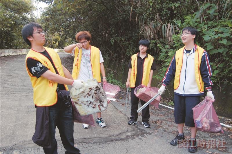 蘭陽校園於12月28日舉辦林美淨山活動,學生紛紛捲起袖子幫忙清除垃圾,並樂在其中。(圖/蘭陽校園提供)