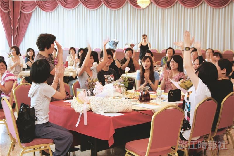 ▲淡江時報秘書吳美秀(左二)於退休茶會中與時報記者同歡(攝影/林奕宏)