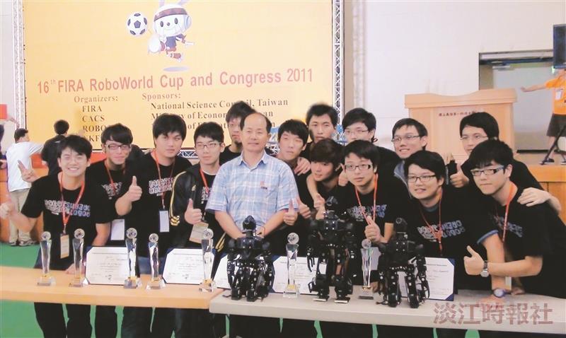 四度奪冠電機系教授翁慶昌帶領機器人團隊,勇奪「RoboSot中型足球機器人組」冠軍,以及第4度拿下「全能人形機器人競賽」冠軍!(圖/電機系提供)
