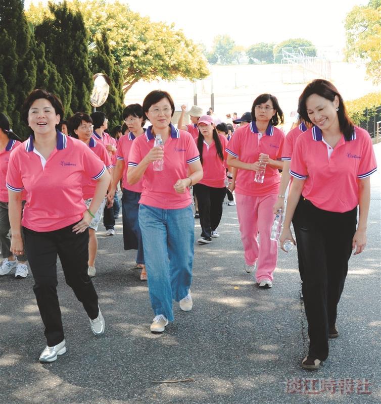 校長張家宜(左一)、教育學院院長也是女聯會理事長高熏芳(左二)及學務長柯志恩(右一),與參加同仁一起邁開步伐在校園中健走。(攝影/羅廣群)