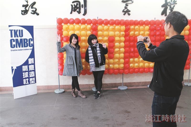 兩社團期末成果展創意 氣球社藝術牆抽獎樂