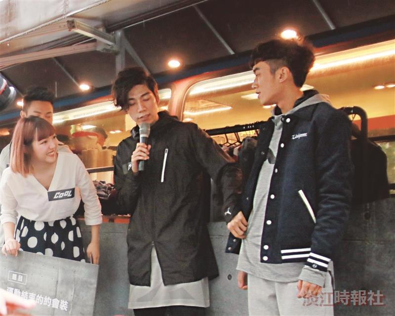潘裕文指導同學外套的穿搭細節。(攝影/朱樂然)