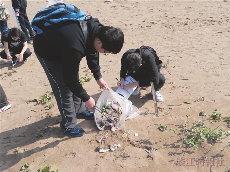海岸淨灘總動員 建築、電機、日文、航太 社區環保服務