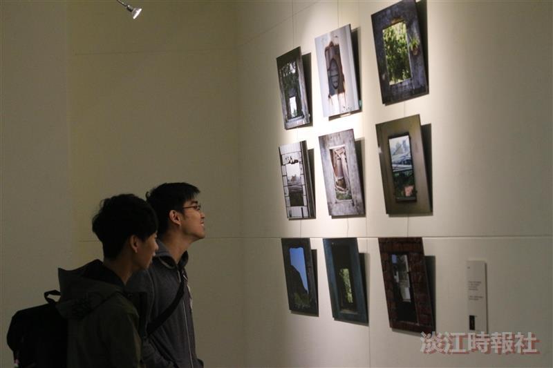 大傳系暗房一年一度的「顯影季」攝影展在黑天鵝展示廳展出16位同學的作品。(攝影/林玟希)