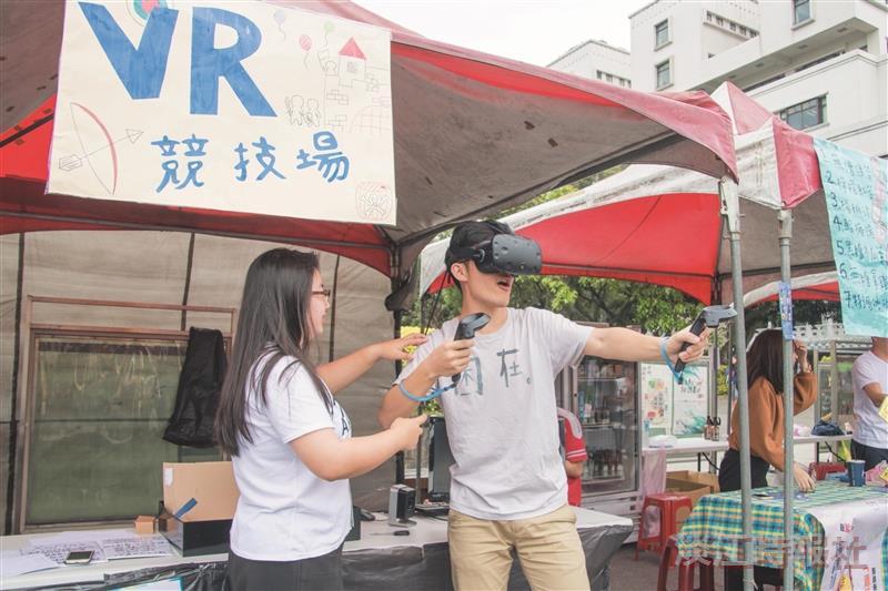 資傳週VR射擊現身海報街 師生爭體驗