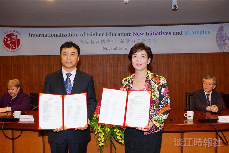 由校長張家宜(右)代表和吉林大學副校長王利鋒進行公行系與吉林大學行政學院雙學位合作意向書交換。(攝影/盧逸峰)