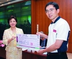電機系教授李慶烈榮獲優良論文發表獎,校長張家宜在校務會議中表揚。(攝影�馮文星)