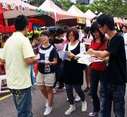 社團博覽會吸引眾多學生前往,各社團也積極吸納新血。(攝影�劉瀚之)