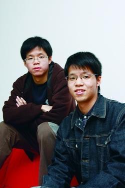 同卵雙胞胎,哥哥保險三陳煒櫟(右)、弟弟企管三陳煒糴(左),外貌及好功課都像一個模子印出來的。(攝影�陳怡菁)