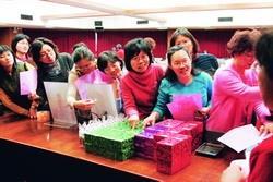女聯會於婦女節當天舉辦「Spring Lady Day」,並準備豐盛獎品於會後抽獎,圖為與會者一臉興奮排隊領獎。(圖�陳怡菁)