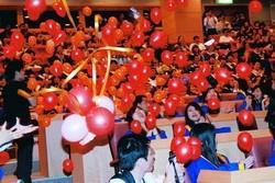 蘭陽校園畢業典禮會場氣球突然從天而降,讓學生十分驚喜。(攝影�陳怡菁)