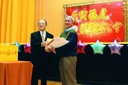 13日「春之饗宴」舉行抽獎活動,圖為創辦人張建邦頒發獎品給得獎校友。(攝影�曾煥元)