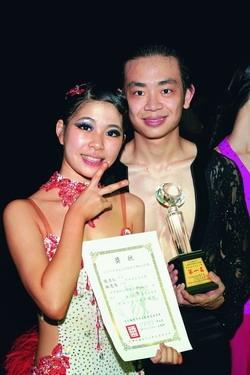 林思岑(圖左)和張力仁(圖右)抱走今年台北縣議長盃三座冠軍獎盃。(圖�林思岑提供)