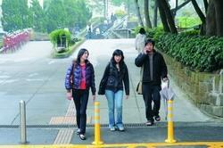本校增設二處行人徒步區,師生走在校園更為舒適、安心。(圖�洪翎凱)