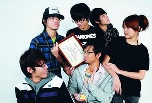 大傳系6位同學,以創作曲「儘管」音樂短片,奪得陸委會「2008兩岸交流映象獎」冠軍,高興地與獎座及獎狀合影(攝影�洪翎凱)。
