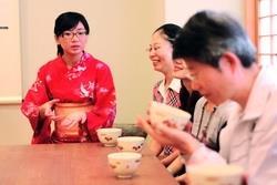 日文系學生沏茶,請系友品茗。(攝影�林奕宏)