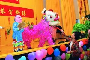 九十八年度歲末聯歡中小獅隊表演「祥獅獻瑞」,校長張家宜特別致贈紅包賀歲。(攝影�曾煥元)