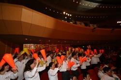 本校穿著整齊劃一制服的啦啦隊,在頒獎典禮中,搶盡鋒頭。(圖/嘉翔)