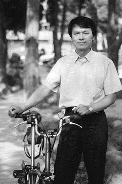 總務長鄭晃二有著黝黑膚色與勻稱體態,這是騎車一年多來的成果,對於害怕肥胖的同學,是個健康又環保的好方法。(圖�洪翎凱)