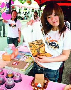 公行週學生義賣笑臉T恤,將愛心贈與基金會幫助病童。(攝影�林奕宏)