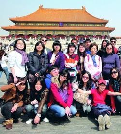 本校外語學院師生在北京故宮博物院外合影。(圖�德文系提供)