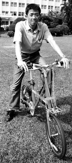 有著結實身材的運管系副教授張勝雄表示,騎單車是個運動、休閒功能兼有之工具,也常會利用寒暑假時間騎單車到中橫、花蓮等地旅遊。目前他正為台北市政府研考會進行北市自行車政策研究,規劃未來自行車運輸及各項配套措施。(圖�涂嘉翔)