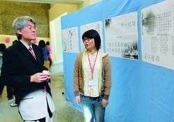 驚聲詩社工作人員向行政副校長高柏園介紹展品的陳列。