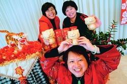 上月19日舉行「新春團拜茶會」,校長張家宜特別致贈到場者,每人一隻「小金虎」,祝大家「虎年發財愉快」,圖為出席者開心領到小金虎。(攝影�王文彥)