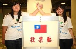 第16屆學生會會長日文二黃玉珊(圖左)及副會長化材二黃奕筑(圖右)。(攝影�曾煥元)