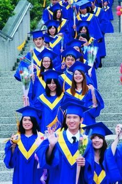 校園巡禮時,畢業生抱著花束開心揮手。(攝影�陳怡菁