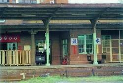 北淡線的終點站為淡水火車站,與今日捷運站位置相同。直至民國86年,本校邁入第三波時期才建有便利的捷運。