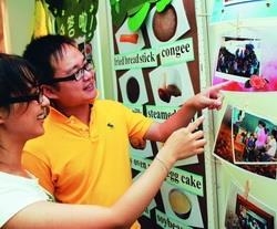 師培中心在黑天鵝展示廳展出各類教學輔導成果。(攝影�曾煥元)