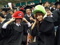 畢業生展現創意,自備瑪莉歐、獅子等樣式的「專屬學士帽」,在校園內特別顯眼。(攝影�張豪展、劉瀚之)
