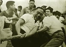 民國57年舉辦第八屆院運會,張創辦人參加拔河。