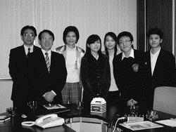 統計系推動企業導師制,系友暢網股份有限公司負責人劉玉蘭(左三)為企業導師之一,於97年11月帶領學生參訪威寶電通股份有限公司。(圖�統計系提供)