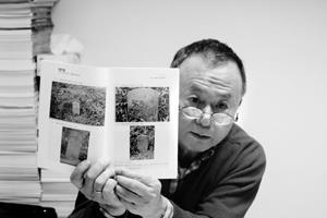 ?窅歷史系副教授周宗賢,現為台北縣古蹟歷史建築、台北市等多地文獻委員,鑑定古蹟已有30餘年,尤其淡水22處古蹟遺址皆由他鑑定過,保存文化資產不遺餘力。他認為古蹟是有生命的,背後都有感人的故事。他留住歲月、延續故事,也創造歷史。(陳奕至攝影)