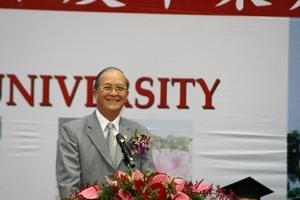 畢業典禮當天,巴拿馬共和國駐華大使莫新度特別蒞臨參加,並代表貴賓致詞,祝本校畢業生鵬程萬里、前途無量。(圖�王家宜)