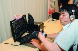 視障遠距工作中心成員陳俊源現場示範電訪,贏得好評。(攝影�洪翎凱)