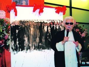 本校文錙藝術中心主任李奇茂在臺北縣政府文化局的策劃下,舉辦個展,上圖為他現場揮毫的創作「華人團結在臺北縣」,將捐出義賣。(攝影�文錙藝術中心提供)