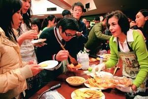 墨西哥簽證暨文化處處長夫人Claudia Cecilia Munozledo(右一)日前在驚聲國際會議廳,親手製作墨西哥菜,並分給在場師生享用,個個吃得不亦樂乎。(攝影�陳奕至)