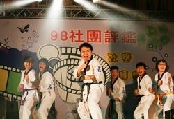 上週社團之夜,跆拳道社一出場便展現驚人氣勢,防身術和擊破表演,震撼全場。(文、攝影�鄭雅文)