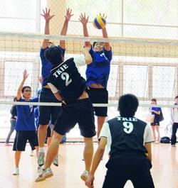 17日本校校長盃在體育館激烈開戰,財金系與產經系男子排球系隊,戰況激烈。(攝影�吳佳玲)