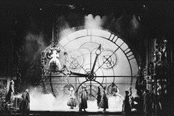 音樂劇可說是英國人的精神糧食,即使是上演已久,都可能一票難求。除了上網訂票,還可以去半票亭排隊購買,顧名思義就是可能會幸運的買到便宜的票。在英國,每一齣音樂劇都有自己的戲院,看哪一齣劇就到哪個戲院,也因此舞台設計都非常有特色,有專屬的舞台、燈光、造景,舞台撤場換景也相當迅速,看起戲來非常過癮。開演前一小時,各戲院前必定大排長龍,有時連人行道都擠得水洩不通。