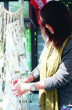 在黑天鵝展示廳外,許願卡結滿繩網,為同學的願望留下見證(攝影�陳怡菁)