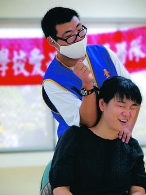 盲生資源中心辦活動,為教職員義務按摩,不少教師抽空來體驗,但因平時工作操勞,筋骨僵硬,被按得哇哇叫。(圖�劉瀚之)